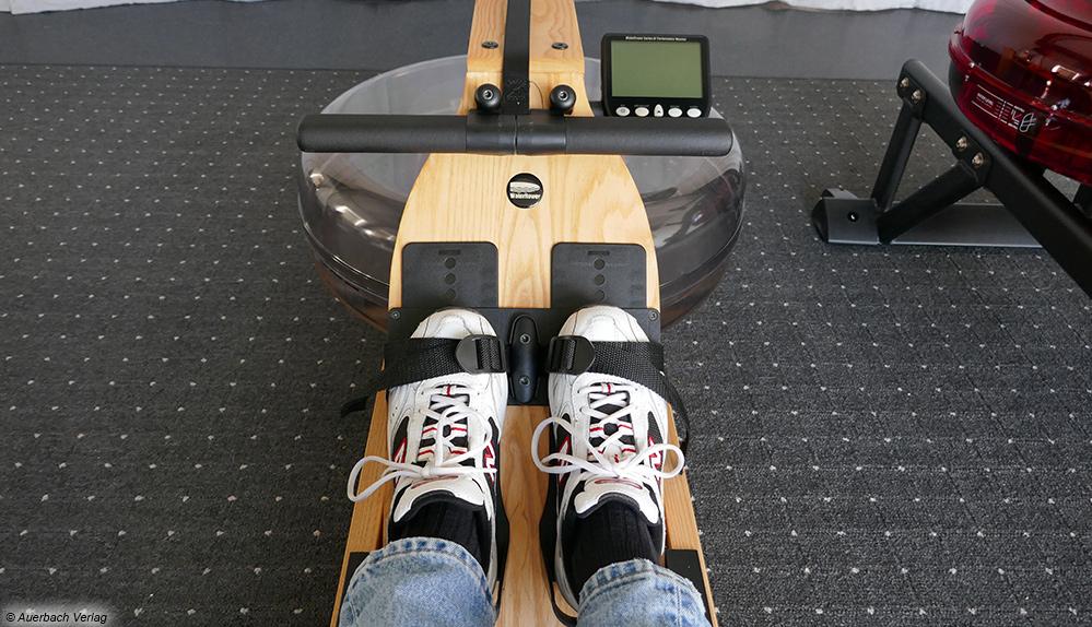 Das schmale Gerät von Water Rower kann durch seine Optik und Qualität überzeugen. Hier fühlt man sich wie im Boot auf einem See