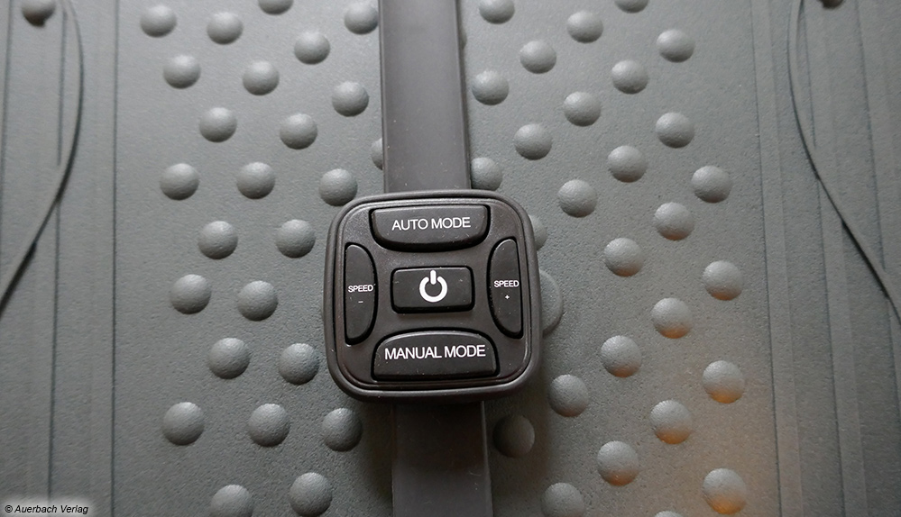 Die Fernbedienung der Vibrationsplatte von AsVIVA kommt mit einem Armband daher und kann somit einfach angelegt werden