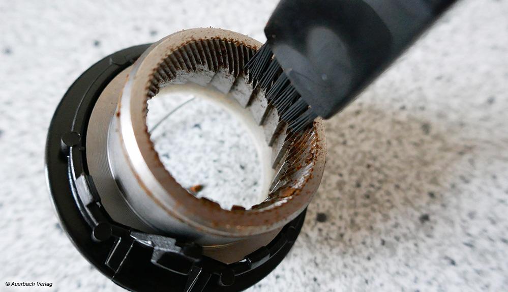 Bei den Geräten von Caso und AEG mit eigenem Mahlwerk ist ein kleiner Pinsel inklusive, der die Mahlwerk-Reinigung erleichtert