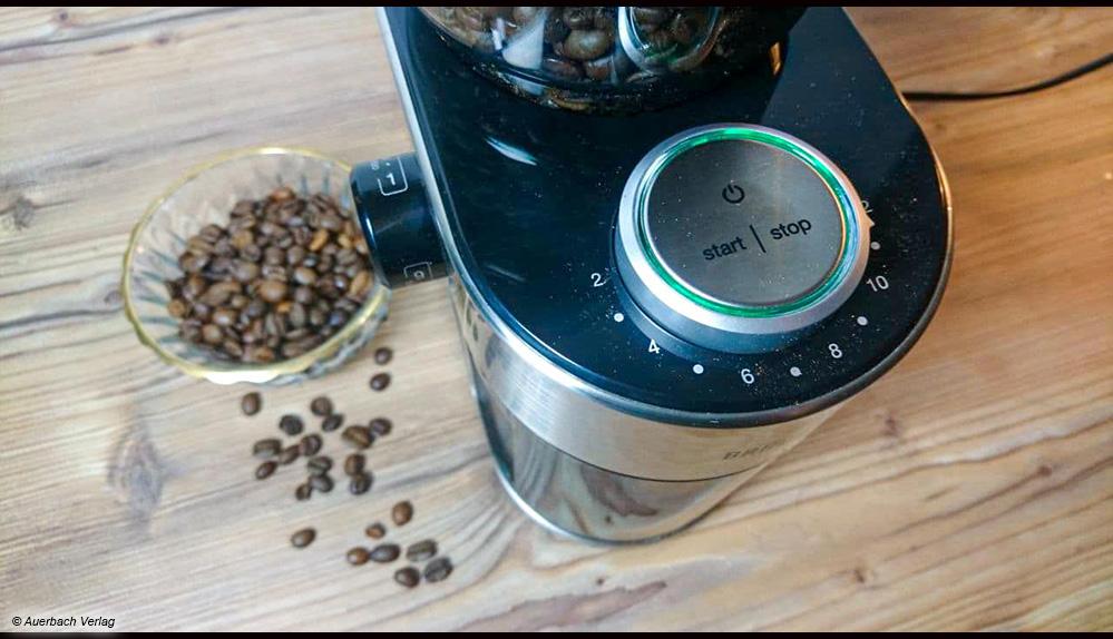 Ein grünes Signallicht am großen Drehregler der Braun-Kaffeemühle zeigt die Betriebsbereitschaft an