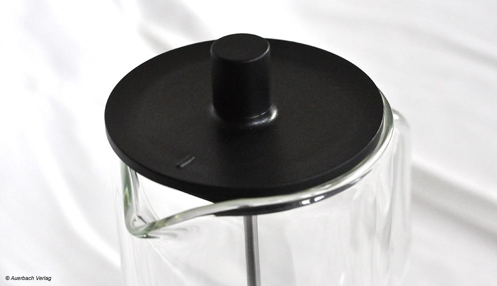 Die wertige Glaskaraffe von WMF wäre mit einem stabileren Deckel sowie einer größeren Ausgusstülle besser zu handhaben