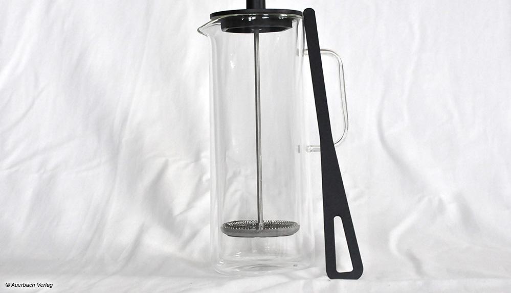 Das mitgelieferte Kaffeepaddel von WMF ist praktisch, um Wasser und Kaffeepulver gut miteinander zu vermischen