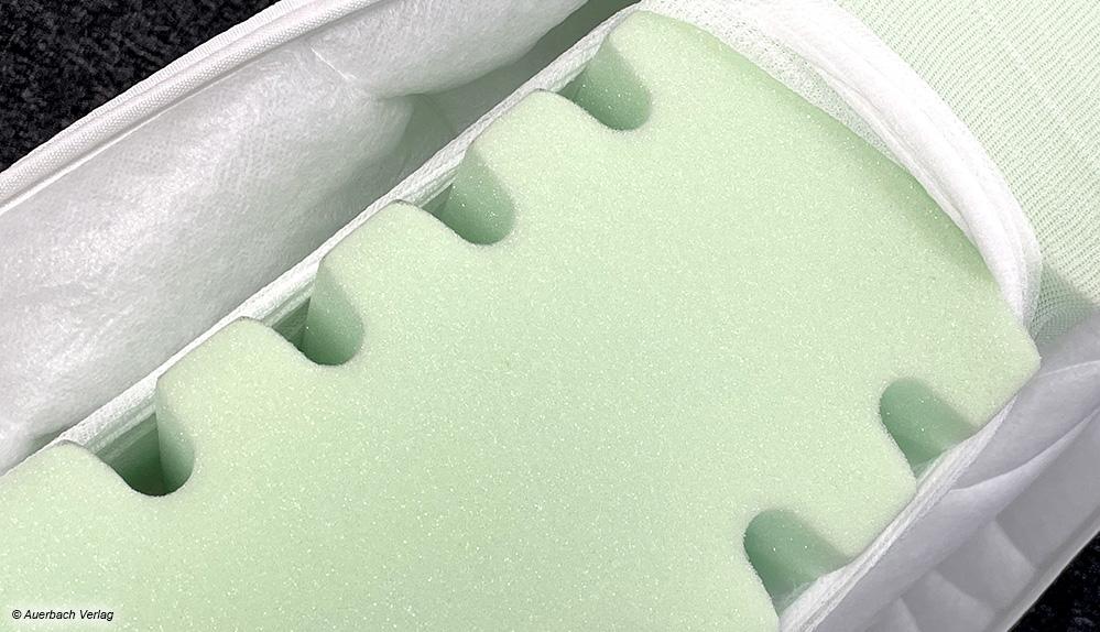 Das Wellenprofil der Easy Dream ist unter dem dicken Bezug nicht unangenehm zu spüren. Die Matratze wird in zwei Härtegraden (H2 mittel und H3 fest) angeboten.