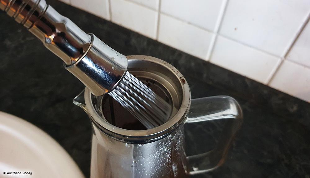 Nachdem das Kaffeepulver eingefüllt ist, wird kaltes Wasser je nach gewünschter Menge hinzugegeben