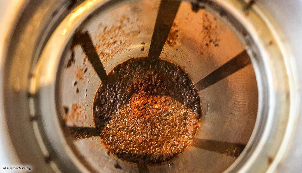 Gut zu erkennen: Das verwendete Kaffeepulver sollte bei Cold Brew nicht so fein wie für Filterkaffee sein