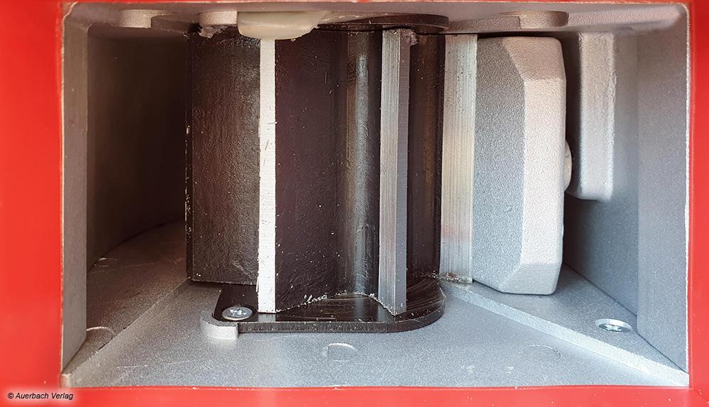 Bei den Walzenhäckslern sitzen scharfe Messer auf einer Walze. Eine Druckplatte (rechts) drückt das Schnittgut an die Walze