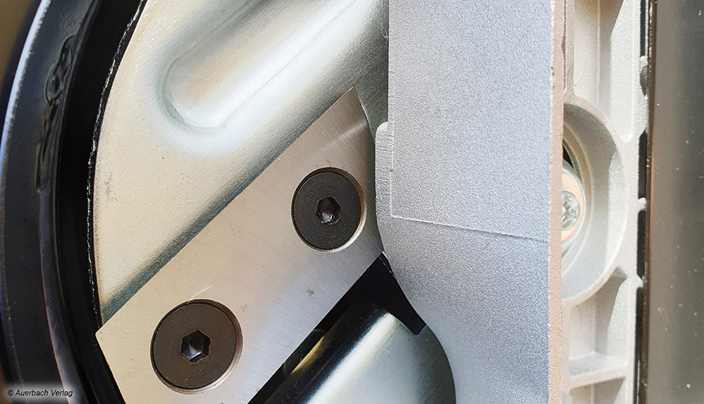 Messerhäcksler bestehen wiederum aus in der Regel zwei Messern, die auf einer schnell rotierenden Scheibe angebracht sind