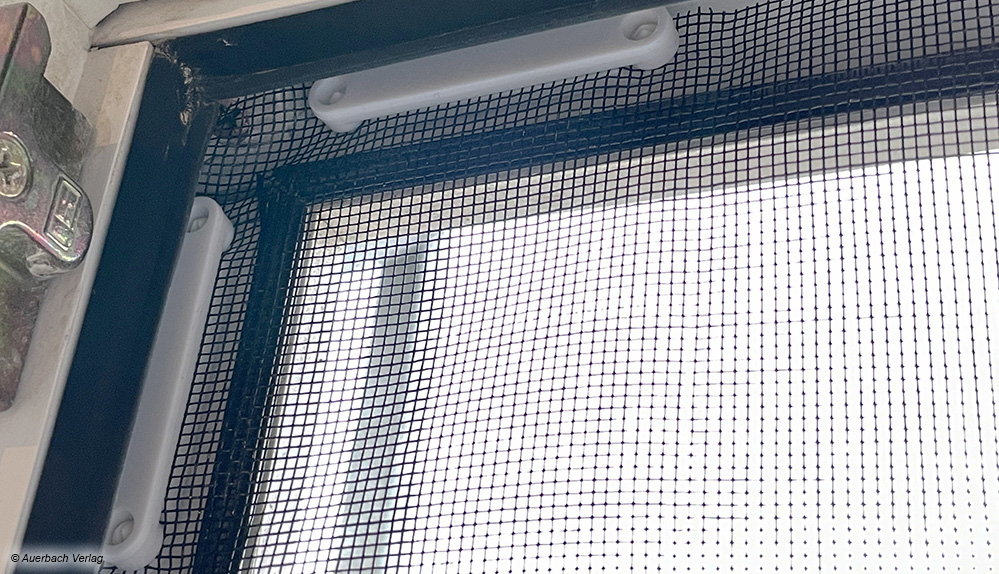 Fertig: Die Magnete halten das Gitter fest am Metallplättchen. Wichtig: Im Fensterrahmen muss genug Platz für die Befestigung sein