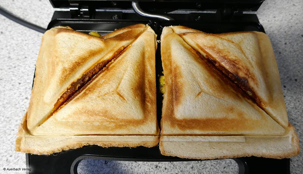 Beim Modell von Grundig verschieben sich die Toastscheiben beim Zuklappen, so dass an einigen Stellen Käse ausläuft