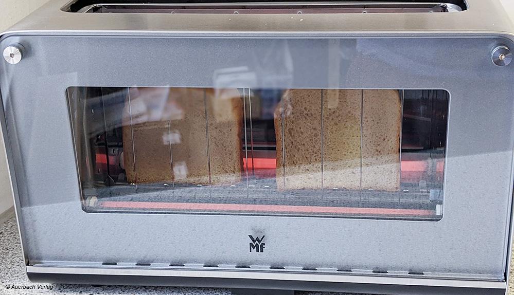 Der Toaster von WMF bietet als Besonderheit eine Glasfront, die optisch einiges hermacht und dabei sehr gut wärmeisoliert ist