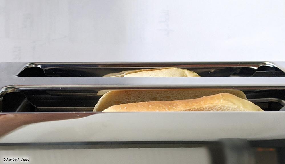 Schwierige Entnahme: Kleinere Brotscheiben bzw. Gebäck ragen auch nach dem Toastvorgang kaum oder gar nicht aus dem Gerät