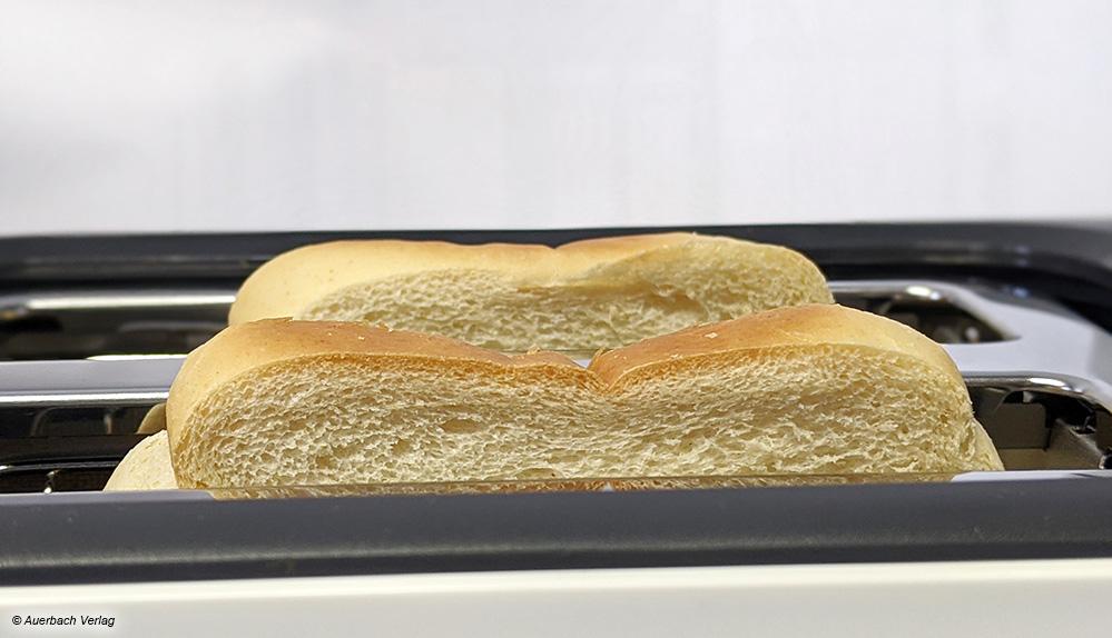 Ragen die Toastscheiben nach dem Bräunen weit genug aus dem Gerät, muss auch nicht mit dem Brotmesser nachgeholfen werden
