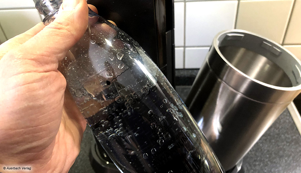 Nach der Entriegelung kappt der Flaschenbehälter nach vorn und die Flasche mit dem frisch gesprudelten Wasser kann entnommen werden