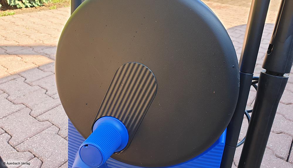 Die Schlauchtrommel des Nilfisk Core 140-6 Powercontrol ist komplett geschlossen. So lässt sich der Schlauch nach getaner Arbeit gut verstauen
