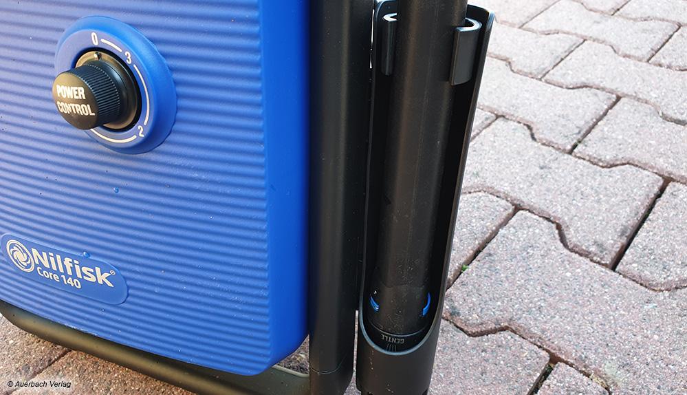 An der Seite des Hochdruckreinigers kann die Düse sehr komfortabel und sicher verstaut werden