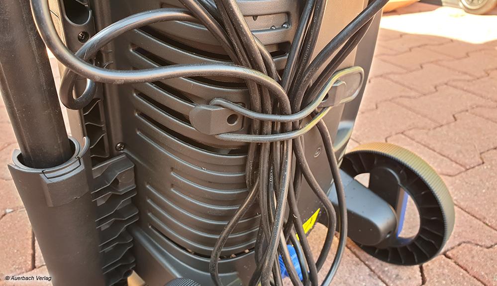 Das Netzkabel kann an der Rückseite des Nilfisk mit Gummibändern befestigt werden