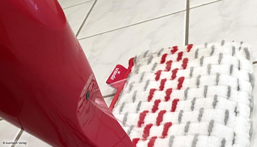 Die Reinigungslösung des Vileda 1-2-Spray Max wird breit vor den Wischer auf den Boden gesprüht und kann dann gut aufgewischt werden