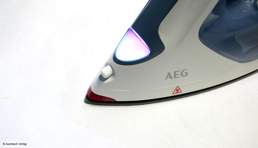 Das Licht vorn am AEG Dampfbügeleisen erleuchtet nicht nur die Bügelfläche, sondern dient ebenso als Anzeige zum Aufheizen und Abkühlen