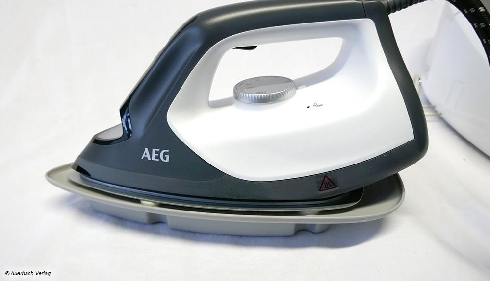 Zur Entkalkung wird das AEG-Eisen auf eine kleine mitgelieferte Auffangschale gestellt und per Knopfdruck gereinigt