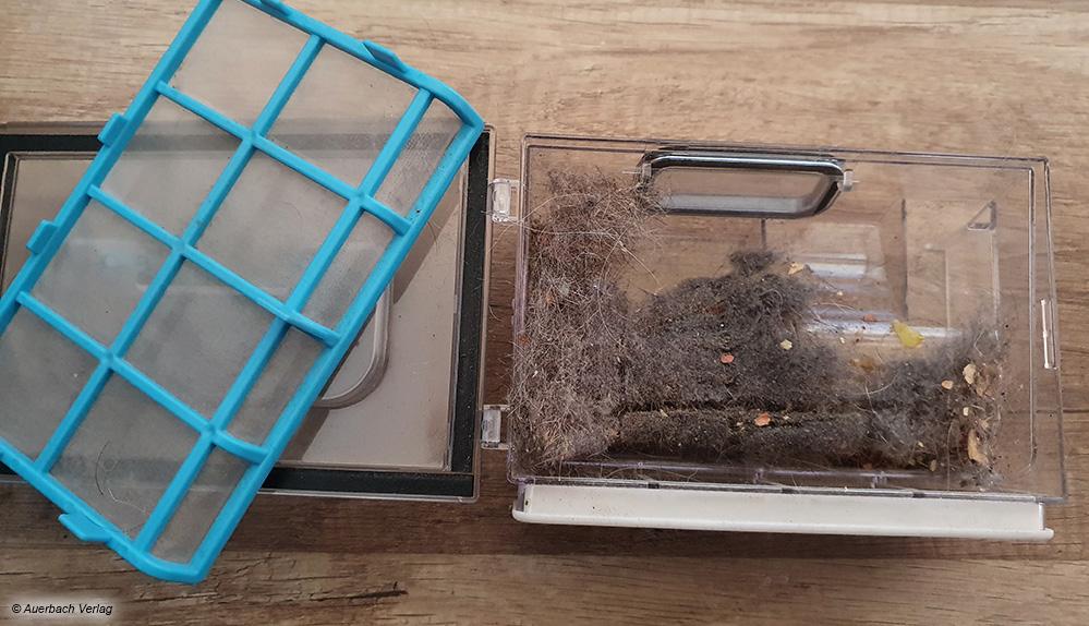 Der kleine Schmutzbehälter ist recht schnell voll und sollte vom Anwender nach jedem Putzvorgang gereinigt werden
