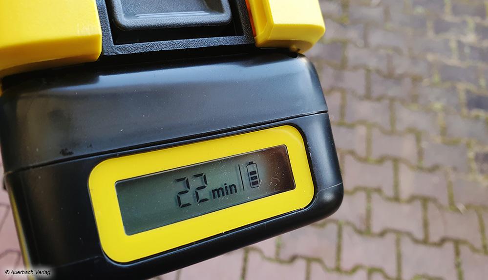 Der Akku von Kärcher überzeugt sogar mit einem LC-Display, welches die Kapazität und geschätzte Restlaufzeit anzeigen kann