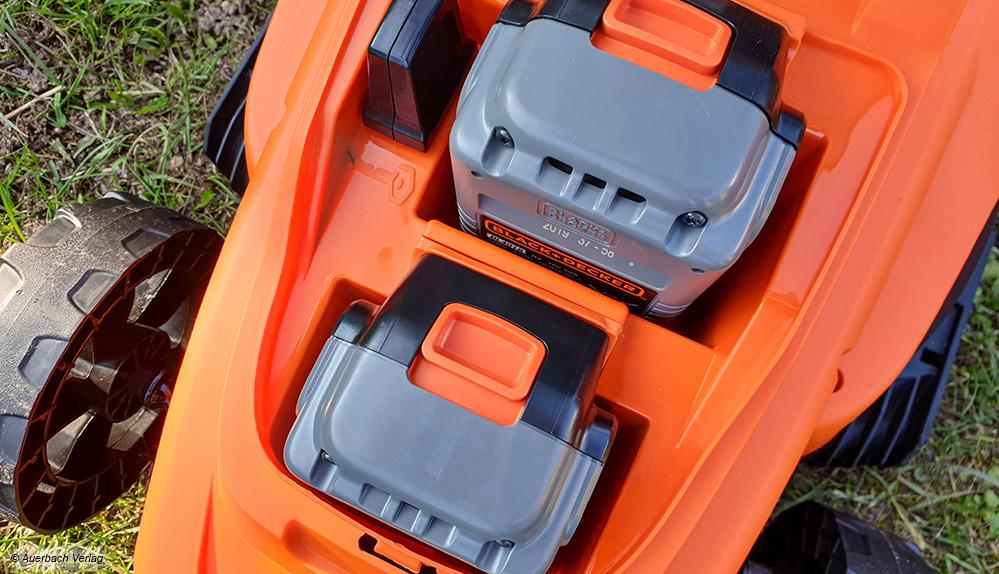 Beim Mäher von Black+Decker sowie Einhell kommen zwei 18-Volt-Akkus zum Einsatz. Schlecht: Black+Decker liefert nur ein Single-Ladegerät mit