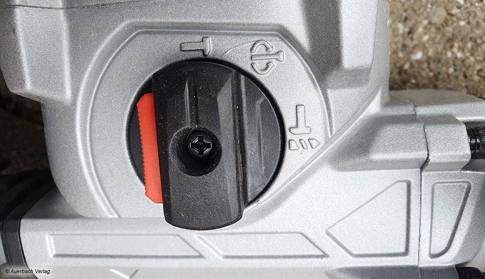 Via Schalter kann beim Bohrhammer gewählt werden, ob gemeißelt oder gebohrt werden soll. Das Schlagwerk kann beim Bohren auch komplett abgeschaltet werden.