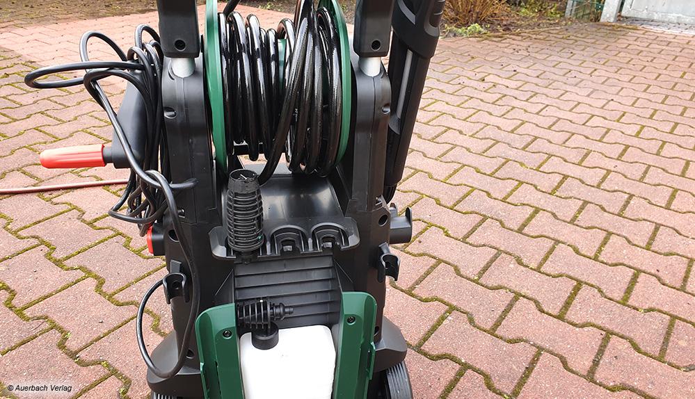 Der Schlauch ist bei den meisten Geräten inzwischen auf einer Rolle untergebracht. Nur das Stromkabel wirkt noch etwas störend