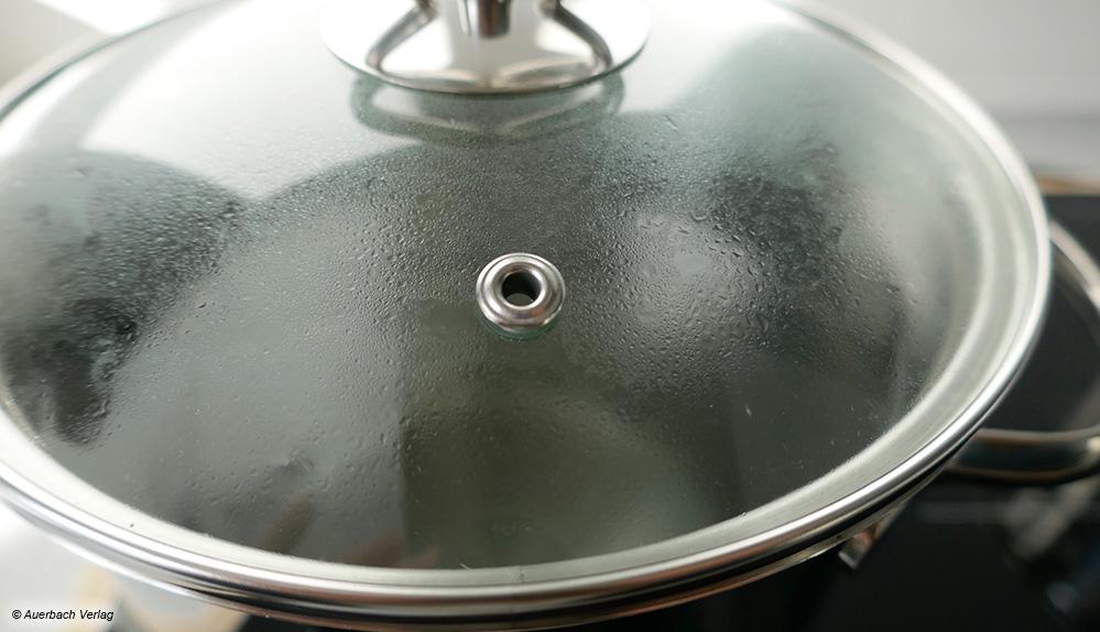 Durch das kleine Loch im Glasdeckel des Spargeltopfes von Beka kann überschüssiger Wasserdampf kontrolliert entweichen