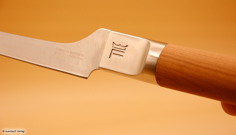 Die Einprägung am Kropf des Fiskars-Messers sieht edel aus, ist aber gleichzeitig auch eine Stelle, in der sich Schmutz ansammelt