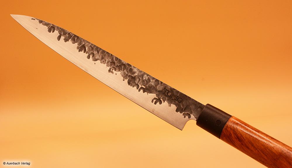 Das geschnittene Fleisch löst sich perfekt vom oberen unbehandelten Teil der Klinge des Messers von Tokio Kitchenware
