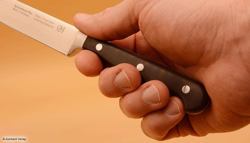 Der Griff des WMF-Messers fühlt sich für große Männerhände zu schmal an