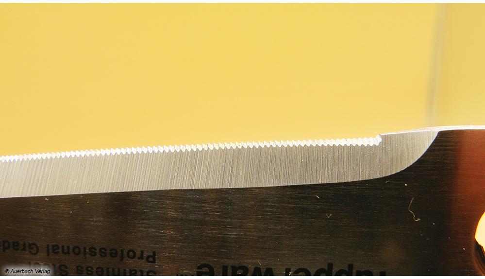 Der Wellenschliff des Modells von Tupperware hilft, dass das Schneidgut nicht wegrutscht