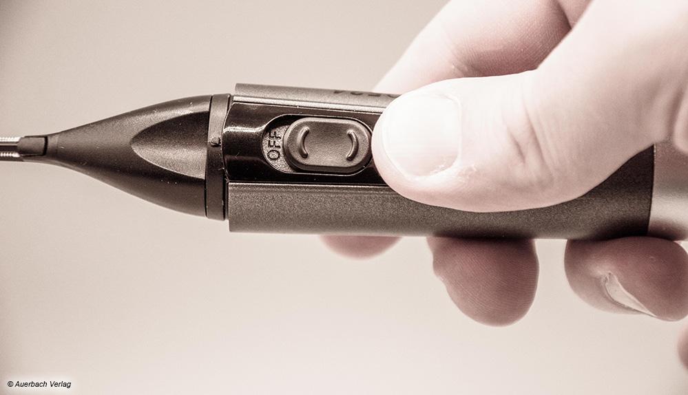 Der schwergängige, rutschige und zu klein geratene Schalter des Carrera-Geräts ist nur schwer zu betätigen