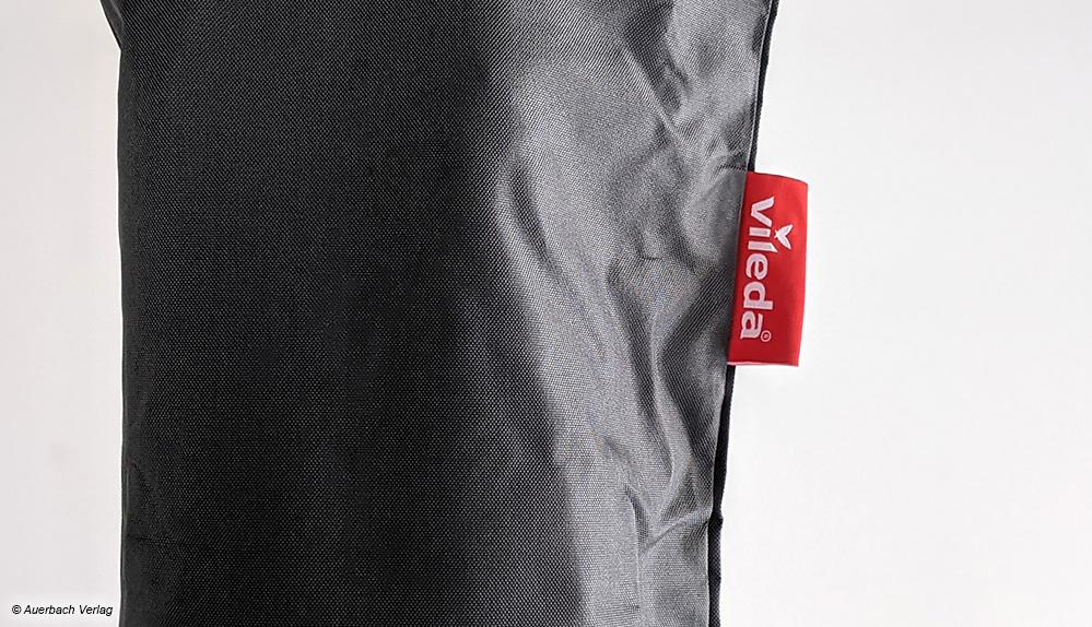 Die UV-beständige Schutzhülle lässt sich dank großzügigem Reißverschluss weit öffnen, leicht überwerfen und schlussendlich dicht verschließen