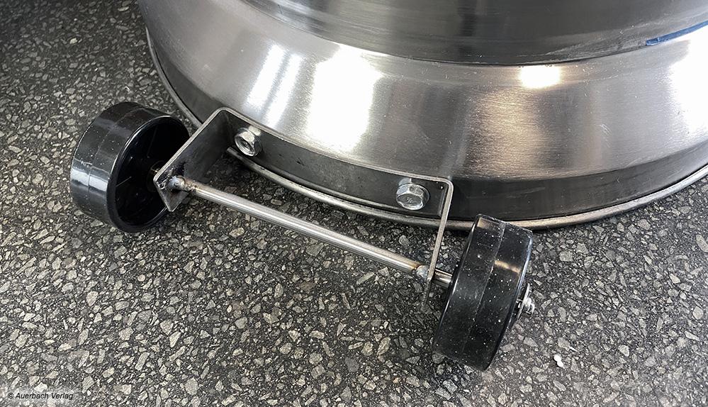 Der große Gasheizstrahler lässt sich über die beiden Rollen recht gut positionieren und anschließend wieder wegräumen