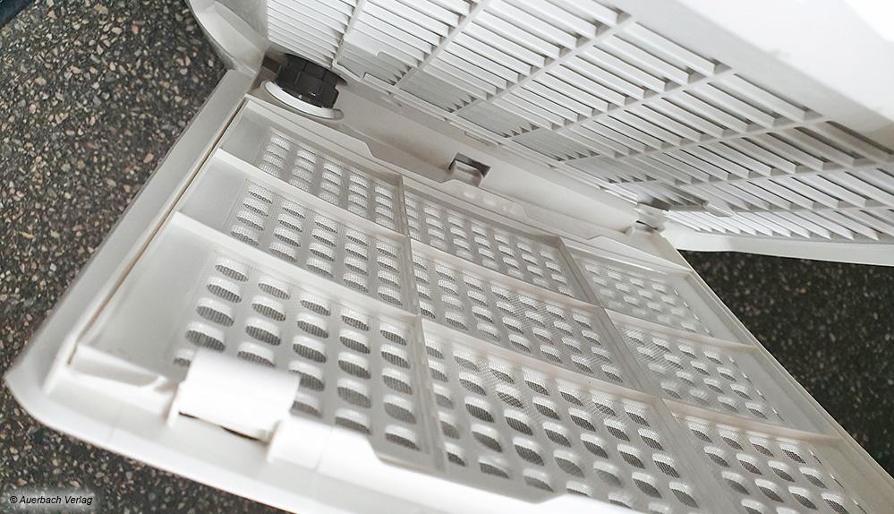 Die angesaugte Luft wird im Luftentfeuchter zunächst über einen groben Luftfilter geführt und damit von größeren Schmutzpartikeln befreit