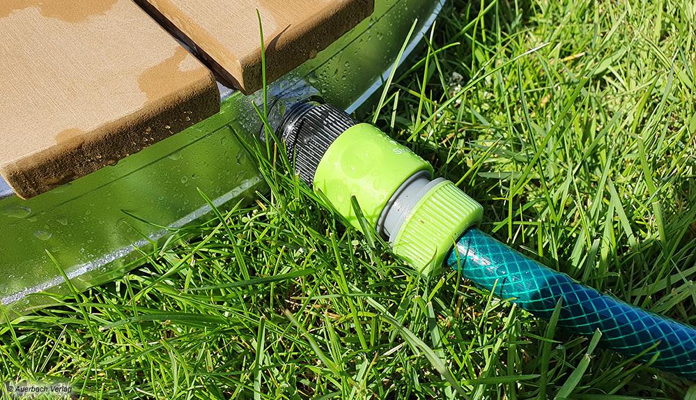 Angeschlossen wird der Gartenschlauch über eine herkömmliche Schnellkupplung. Die schlauchseitige Kupplung liegt allerdings nicht bei
