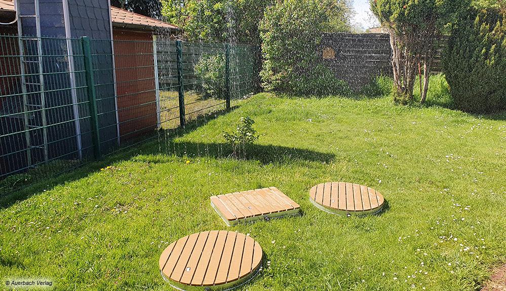Der feine und hohe Wassernebel der Gartenduschen verspricht sommerliche Abkühlung und Spaß für Groß und Klein