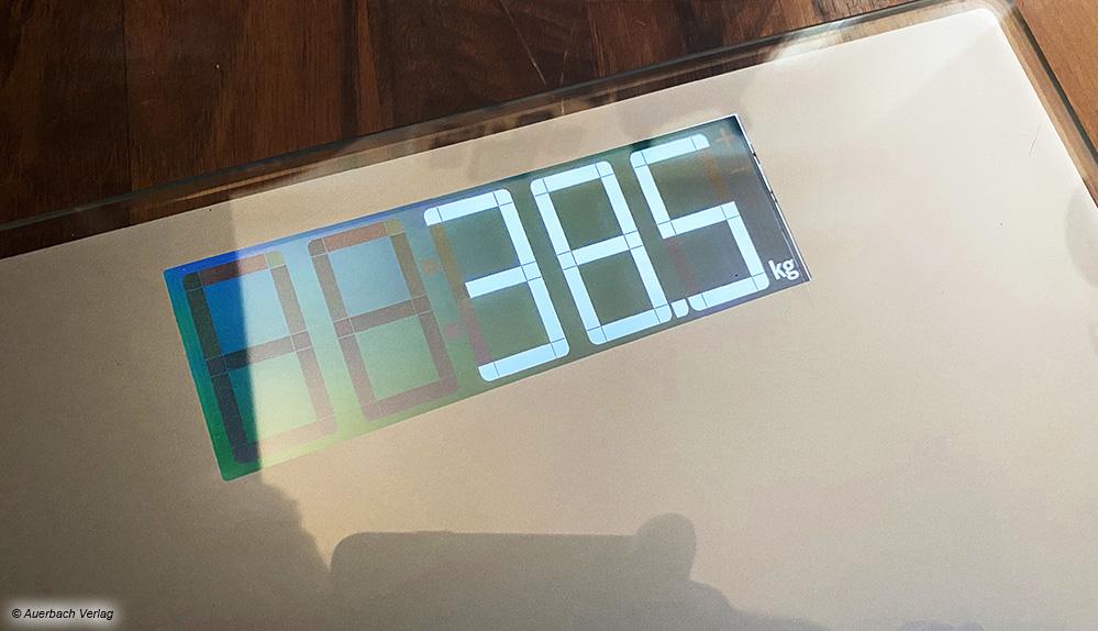 Das Display des Testsiegers von Soehnle ist groß und leuchtend. Aufgrund der Spiegelung ist es bei Dämmerlicht sogar leichter abzulesen