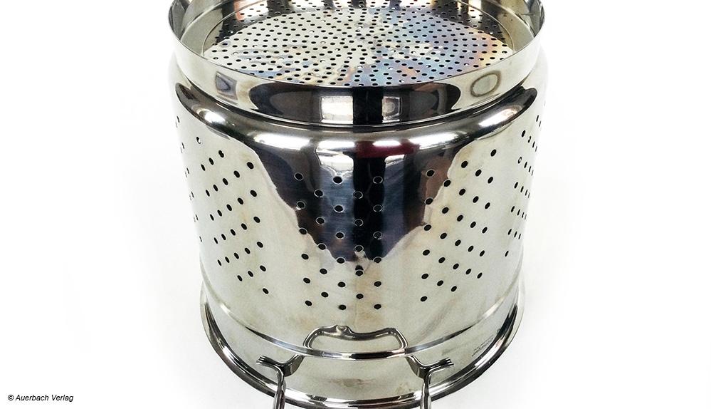 Im WMF-Topf werden die Nudeln im Einsatz mit Standring gegart. Dadurch kocht das Wasser nicht über
