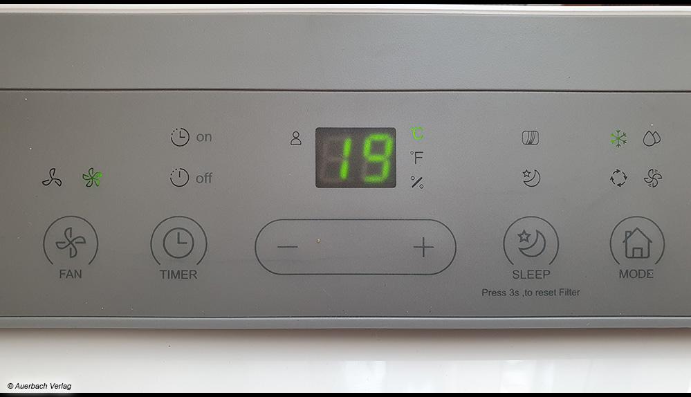 Das Display an der Mobilen Klimaanlage Midea Silent Cool 26 Pro WF zeigt die gewählte Temperatur an, um es herum sind die Touchbedienelemente platziert
