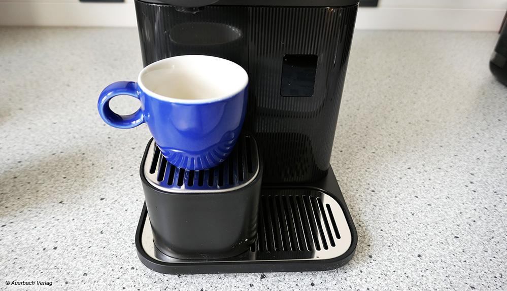 Für Espressotassen gibt es bei der Maschine von De'Longhi eine Erhöhung, die auf das Abtropfgitter gestellt werden kann