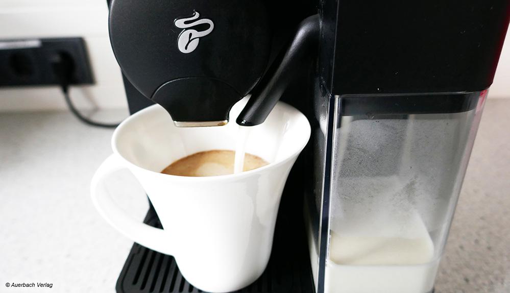 Dank Frischmilchtank können die Geräte von De'Longhi und Tchibo auch Latte macchiato und andere Kaffeespezialitäten zubereiten