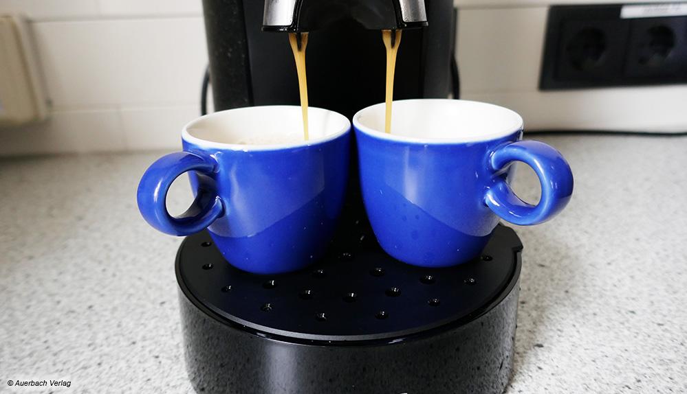 Zwei auf einen Streich: Mit dem Testkandidaten von Philips können dank Doppelausguss zwei Tassen parallel befüllt werden