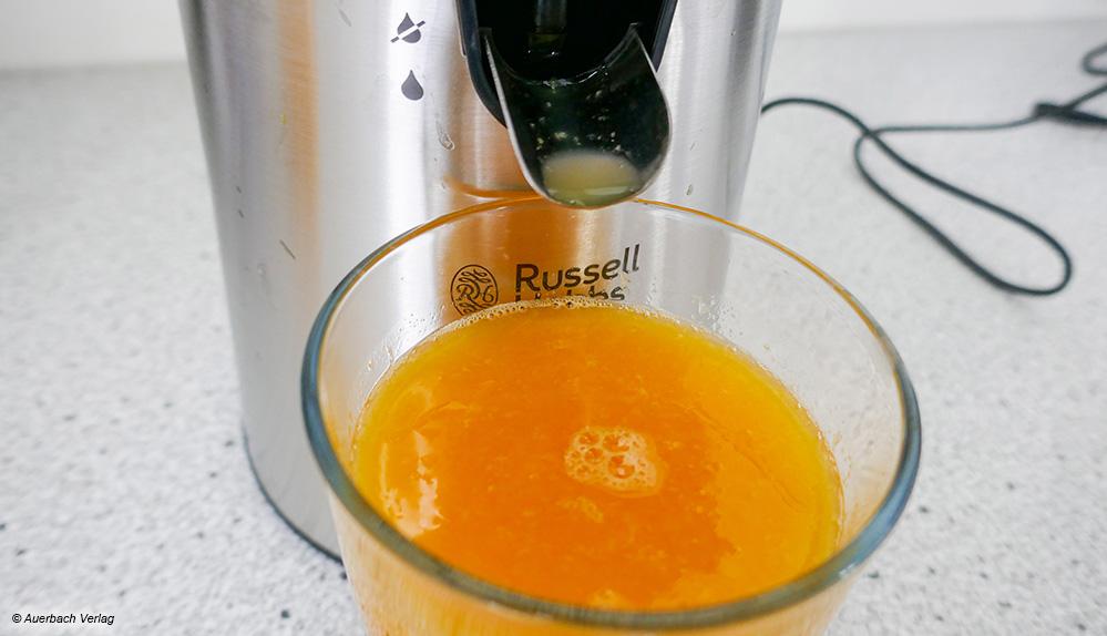 Bei der Presse von Russell Hobbs kann der Saft durch Hinunterdrücken des kippbaren Auslasses direkt ins Glas abfließen