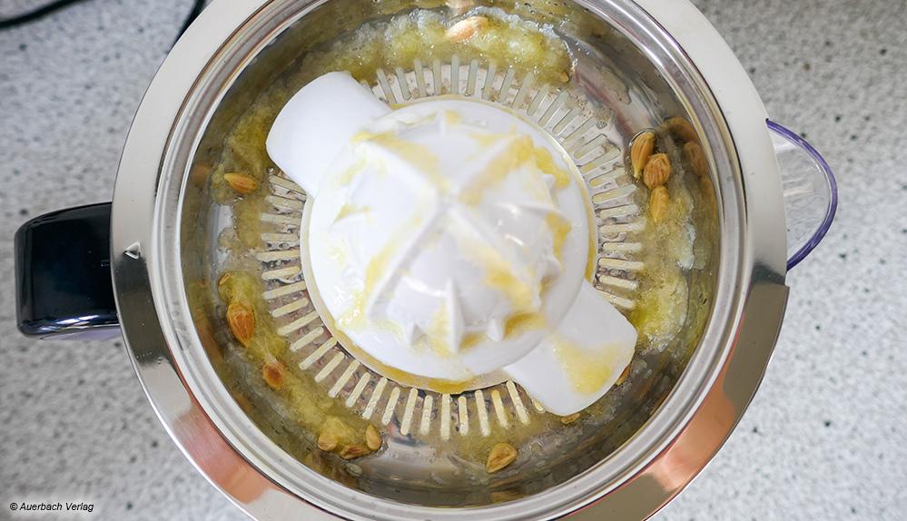 Das hochwertige Metallsieb der Presse von Grundig sitzt passgenau und hält Fruchtfleisch und Zitronenkerne sicher zurück