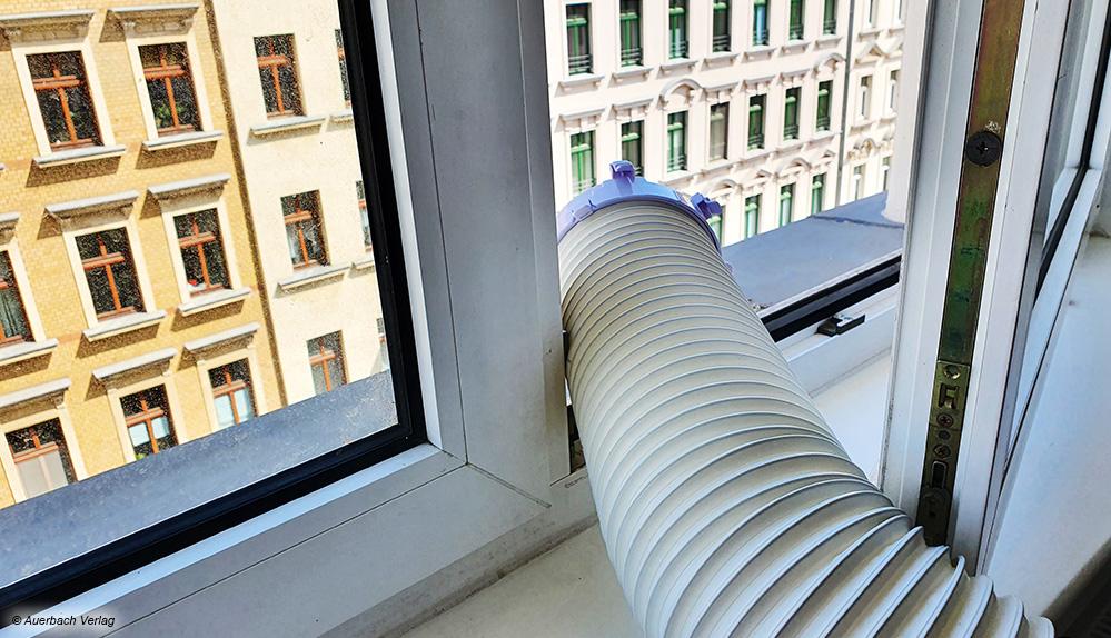 Warme Luft des Klimageräts muss aus dem Raum. Bei Klappfenstern ist das Herausführen des Schlauches nicht immer so einfach