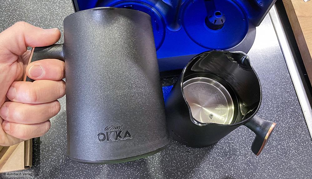 Die beiden Kannen mit integriertem Heizelement sind mit ergonomisch angenehm fassbaren Griffen ausgestattet