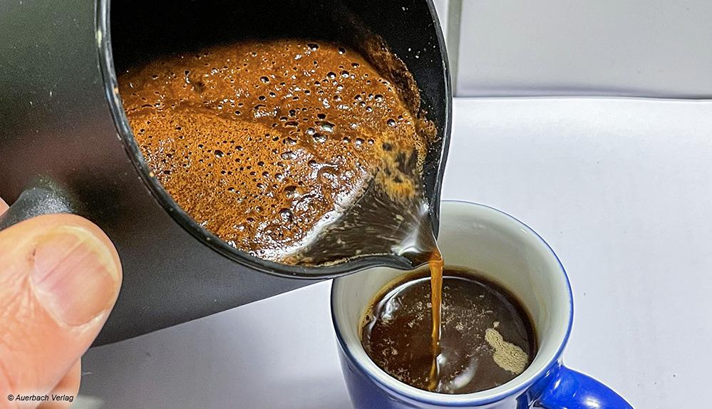 Der Kaffee ist perfekt eingegossen, wenn sich der Kaffeesatz am Boden der Kanne abgesetzt hat und nur die Flüssigkeit in die Tasse fließt